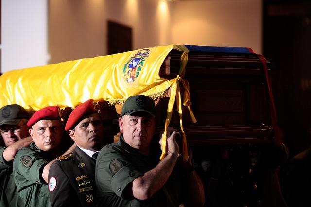 """""""Santo, Santo Comandante"""" o el mercadeo necrofílico para revivir a Chávez"""