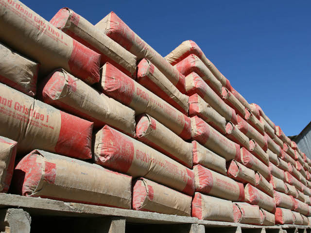 Constructores exigen que el gobierno les venda cemento directamente