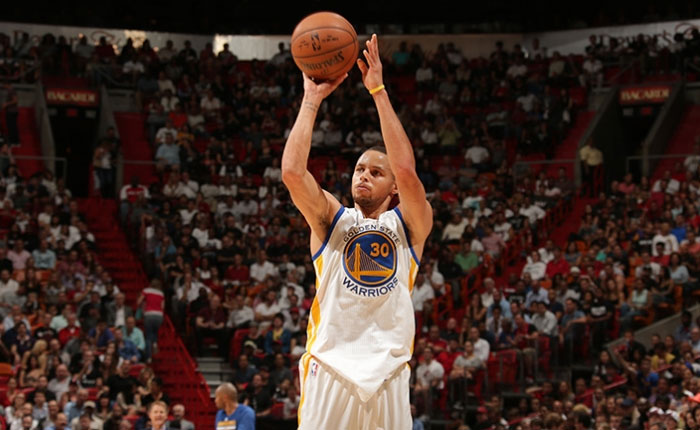Curry anota 40 puntos y arrollan al Heat de Miami