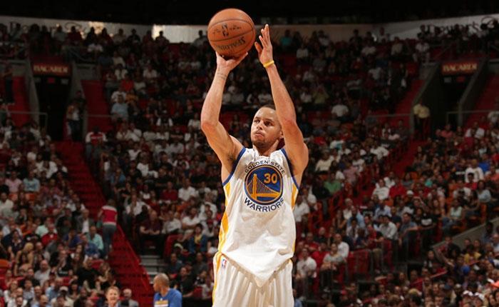 Curry anota 40 puntos y arrollan al Heat de Miami