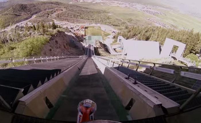Salto con su moto desde una rampa de esquí (Video)