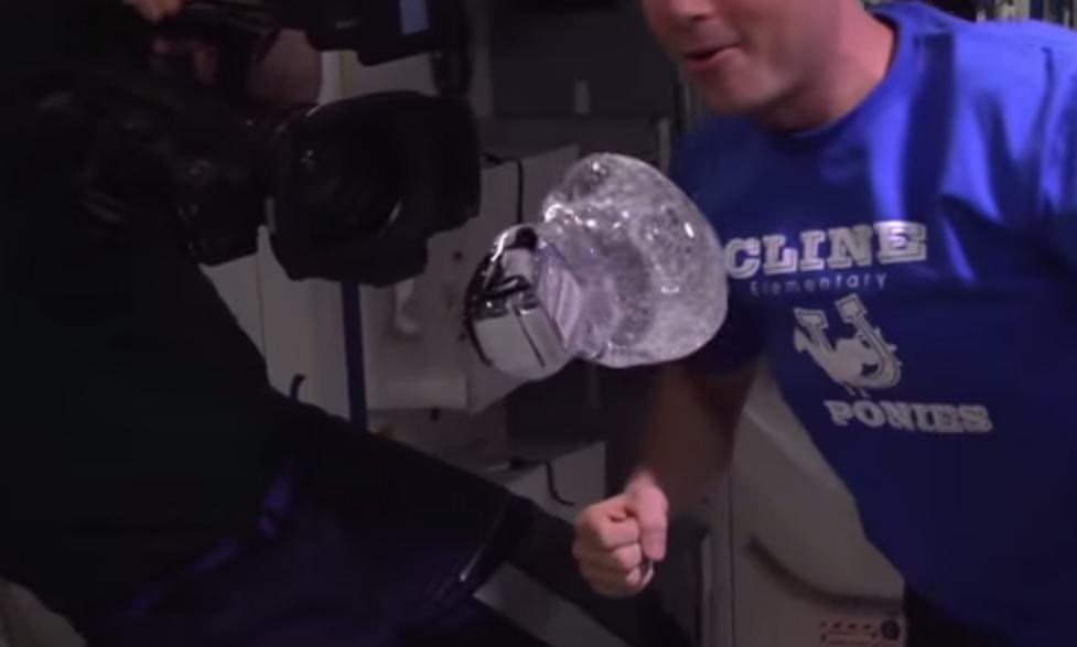 Una burbuja líquida flota ante la falta de gravedad (Video)