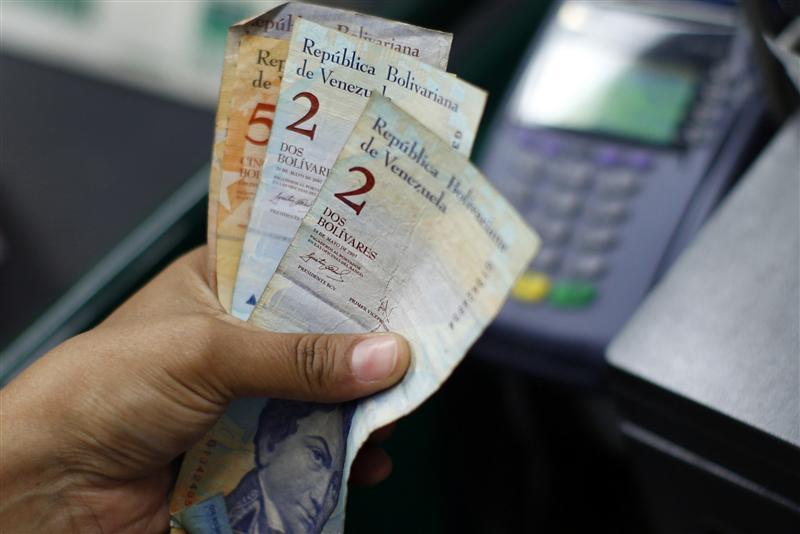 Venezolanos pagarán caída del petróleo con más inflación y escasez