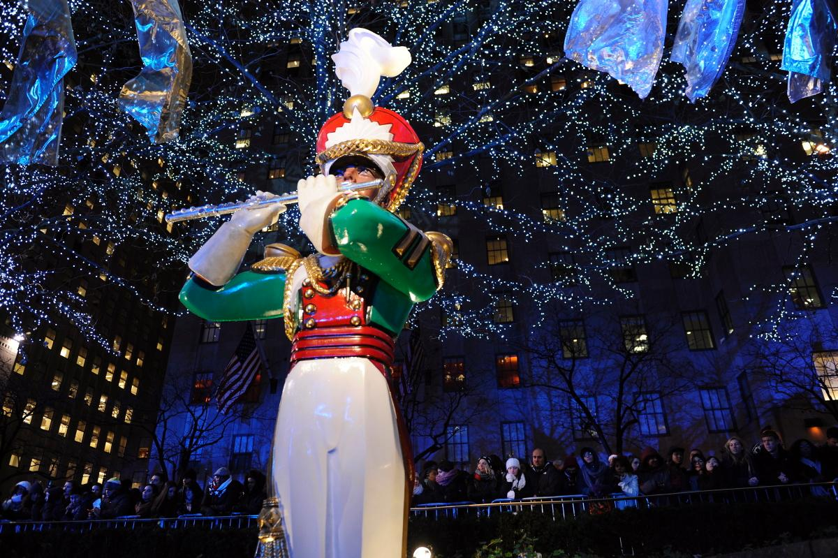 82nd-annual-rockefeller-center-christmas-tree-lighting (9)