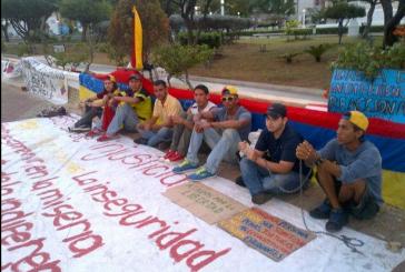 Jóvenes manifestantes recibirán el 2015 encadenados en cuatro ciudades