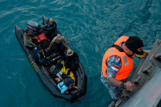 Detectan sonidos en el mar procedentes de las cajas negras del avión de AirAsia