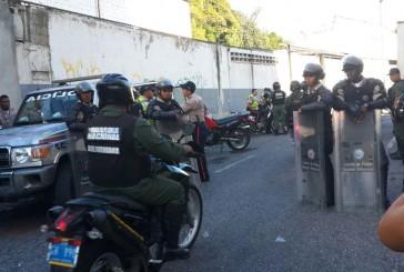 Llega contingente de la GNB a la toma de rehenes en la sede de la PNB en El Marqués