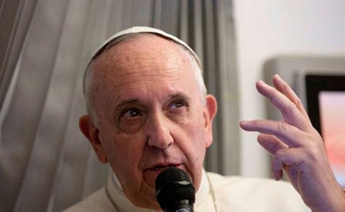 Papa sobre Charlie Hebdo: Hay límites a libertad expresión