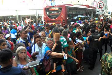 El Impulso: Más de 24 horas en una cola para comprar pañales y jabón