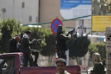 Militares y hutíes combatieron a las puertas del palacio presidencial en Yemen