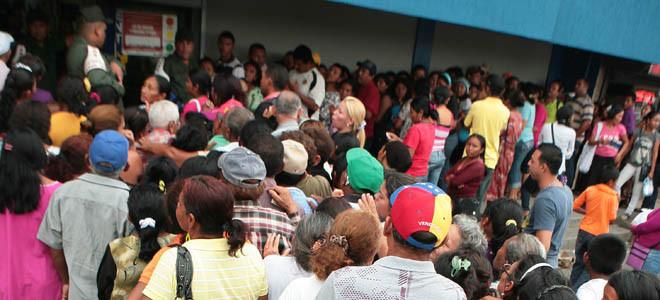 Ciudadanos enfurecen y derriban portón para entrar a supermercado de Maracaibo
