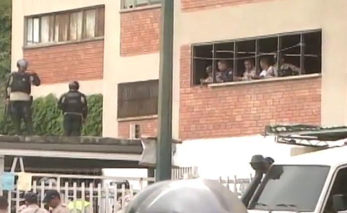 150 privados de libertad mantienen de rehenes a cuatro PNB en Boleíta