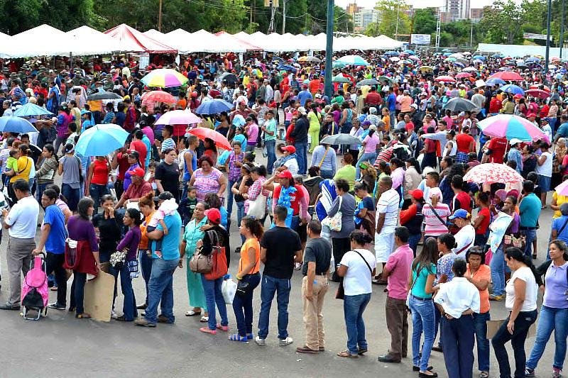 Resultado de imagen de venezuela colas para comprar