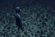 Impresionante video muestra a un apneísta flotando en el fondo del mar