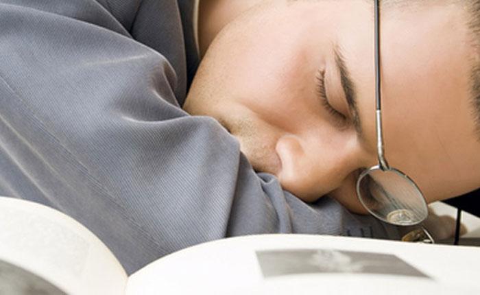 Estar mucho tiempo frente a pantallas de TV o teléfono deteriora el sueño