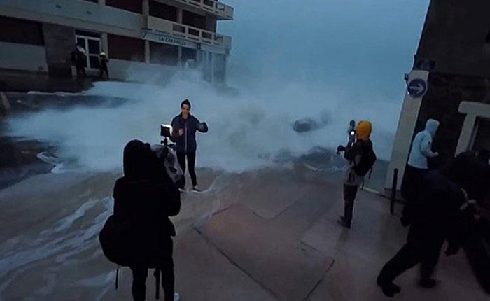 Una ola se lleva por delante a esta reportera en pleno enlace en vivo (VIDEO)