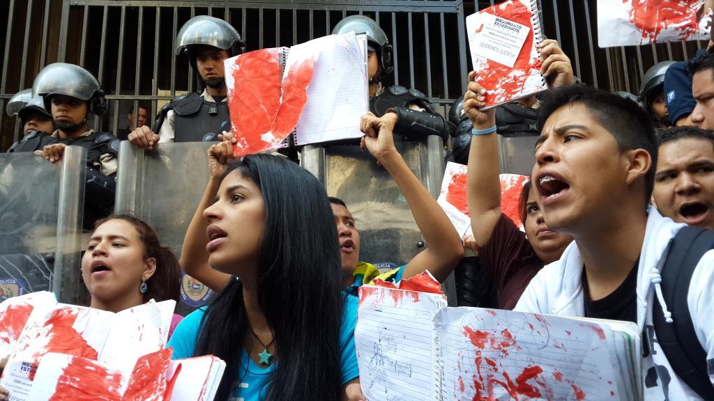 """Los estudiantes protestaron con cuadernos """"de sangre"""" frente al Ministerio de Justicia"""