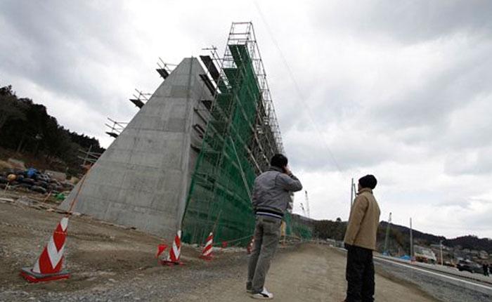 Construyen gigantesco muro costero para contener tsunamis en Japón