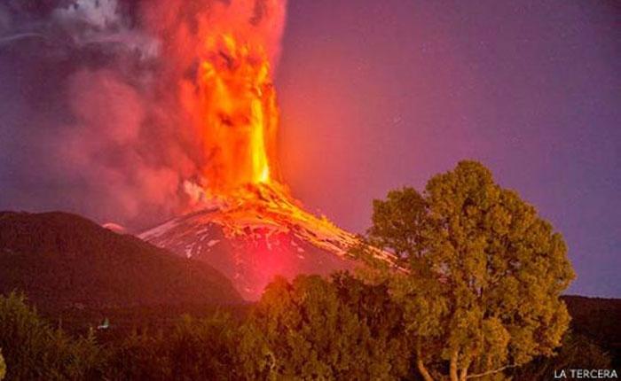 Alerta roja tras erupción de volcán Villarrica en Chile (Video)