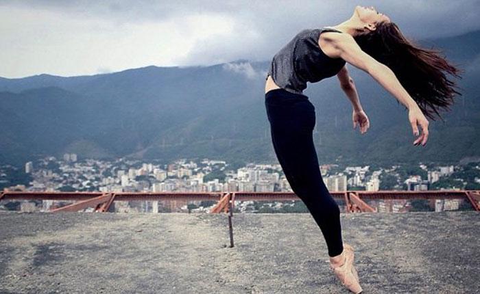 BailandosobreCaracas.jpg