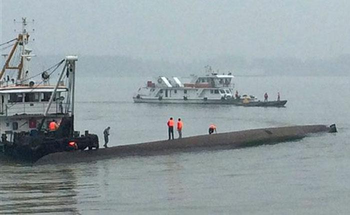 China: Continúan labores de rescate en barco con 480 personas a bordo que naufragó en el río Yangtsé