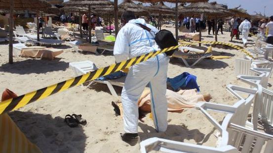 Miles de turistas evacuados de Túnez tras sangriento atentado en hotel