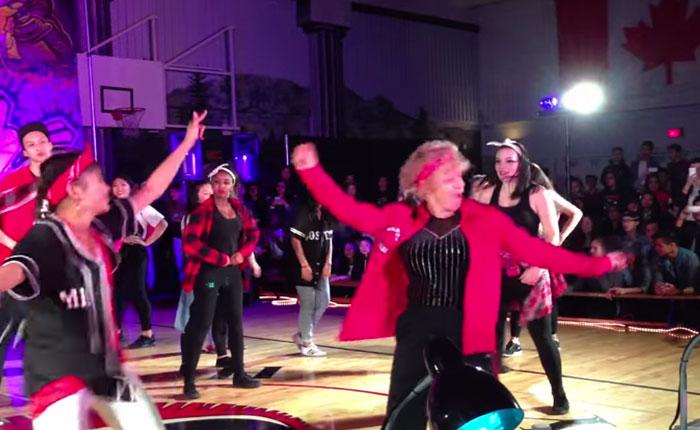 Mira esta profesora de 60 años bailando al ritmo de Uptown Funk!
