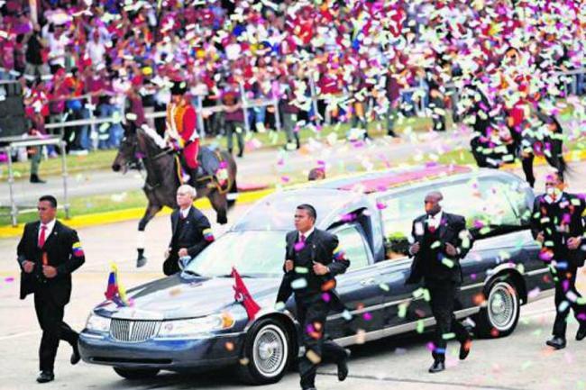 Carroza fúnebre de Chávez rematada como mercancía de contrabando en Colombia