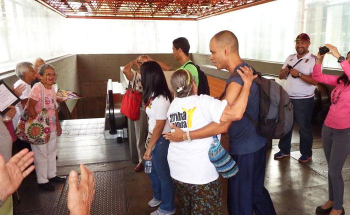 Con abrazos, Abuelos de Miranda sensibilizaron sobre el
