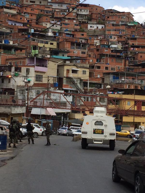 """Efectivo de la GNB asegura que sector Las Brisas de la #Cota905 ya fue """"tomado"""" por este cuerpo de seguridad. Foto: @AdrianitaN"""