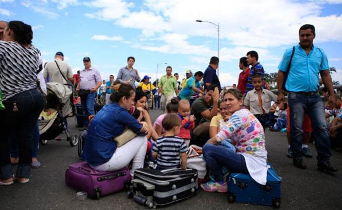 Colombianos deben esperar por horas para poder cruzar la frontera