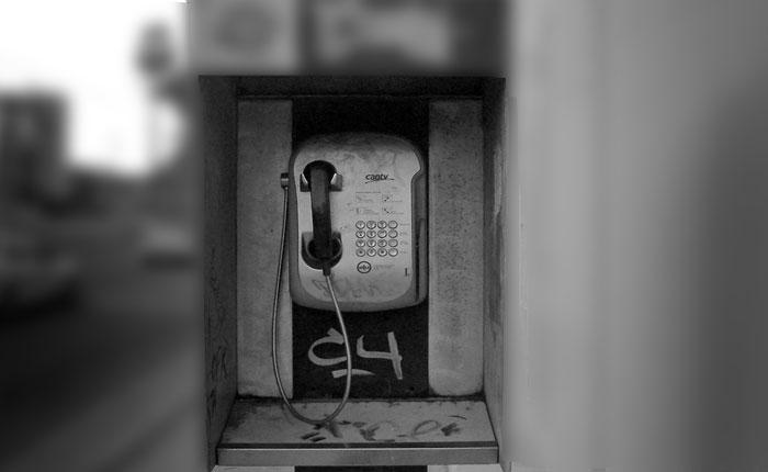 Réquiem por el teléfono público por Sergio Dahbar