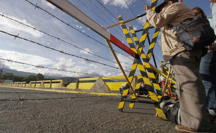 Disminuye paso de venezolanos a Colombia por medidas de Juan Manuel Santos