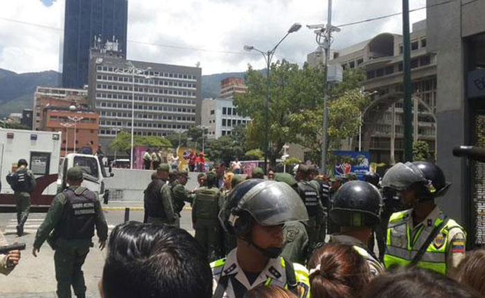 FOTOS Con palos, tiros y piedras oficialistas dispersan manifestación pacífica en apoyo a Leopoldo López