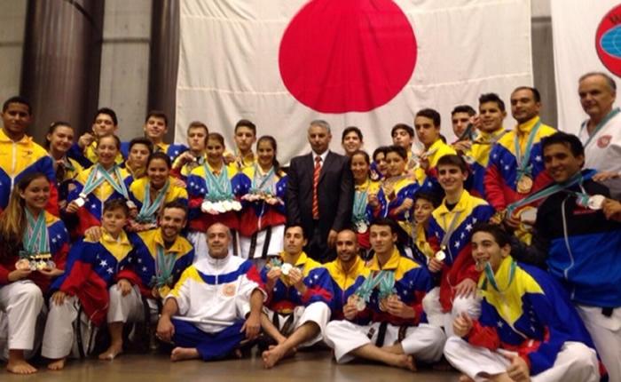 Selección nacional de shotokan karate-do galardonada en Tokio