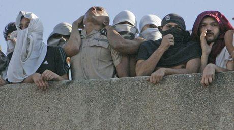 """Delincuentes usan motines y secuestro de policías para llegar a """"paraísos"""" carcelarios"""