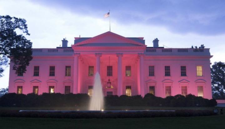 Monumentos se tiñen de rosa en apoyo a la lucha contra el cáncer de mama