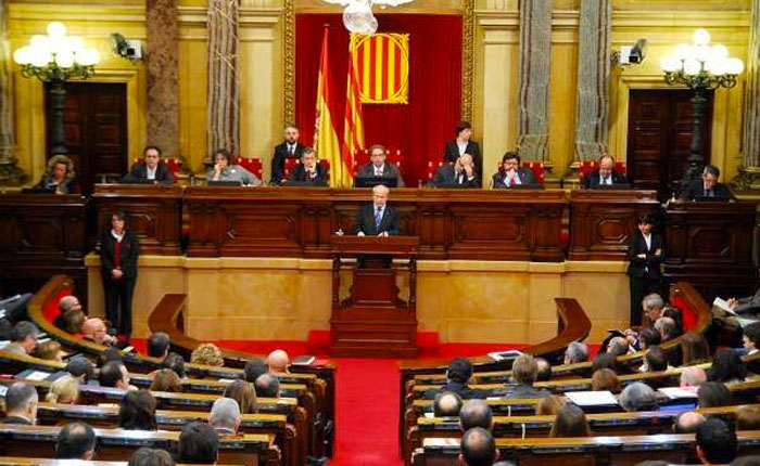 Parlamento catalán aprueba resolución para iniciar la independencia de España