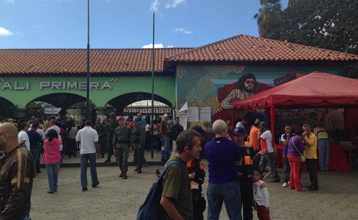 VIDEO En moto y con camisas rojas el PSUV recorre los centros electorales en La Pastora