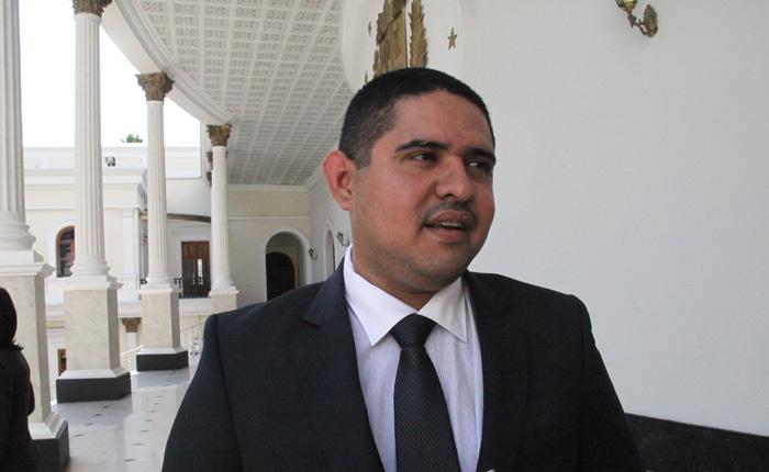 Diputado del PSUV explota contra el nepotismo y la adulancia en la revolución