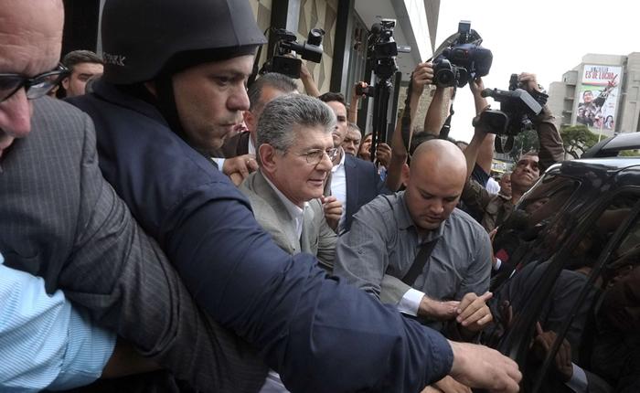 Henry Ramos, el nuevo presidente de la Asamblea elegido por la oposición, sufre la ira de los partidarios del chavismo / AFP