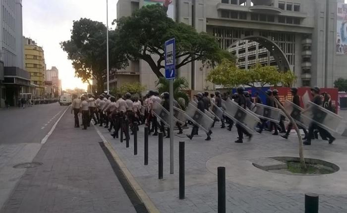 despliegan antimotin de la PNB al rededor de las sedes parlamentarias. Plaza Diego Ibarra 6:50 am