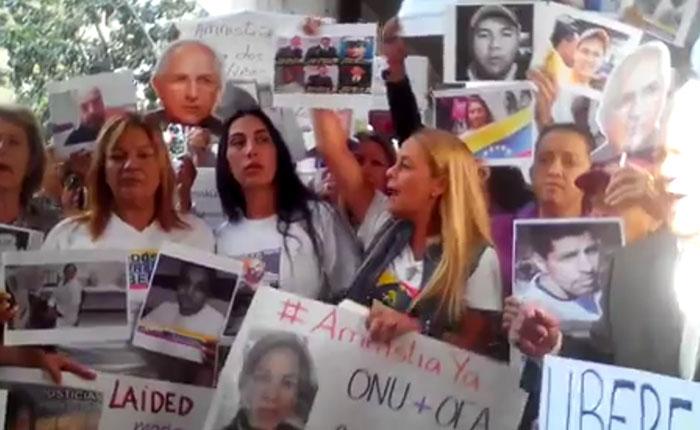 Familiares de presos políticos exigen libertad frente a la Defensoría del Pueblo