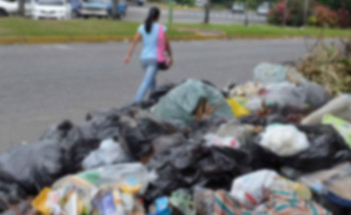 Madres con niños hacen cola para sacar frutas de camión de basura en Guarenas