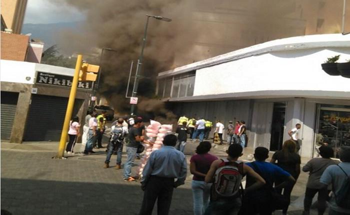 explosión en tanquilla eléctrica en sabana grande