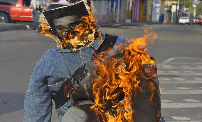 Liberaron a jóvenes que habían sido detenidos por quemar Judas de Maduro