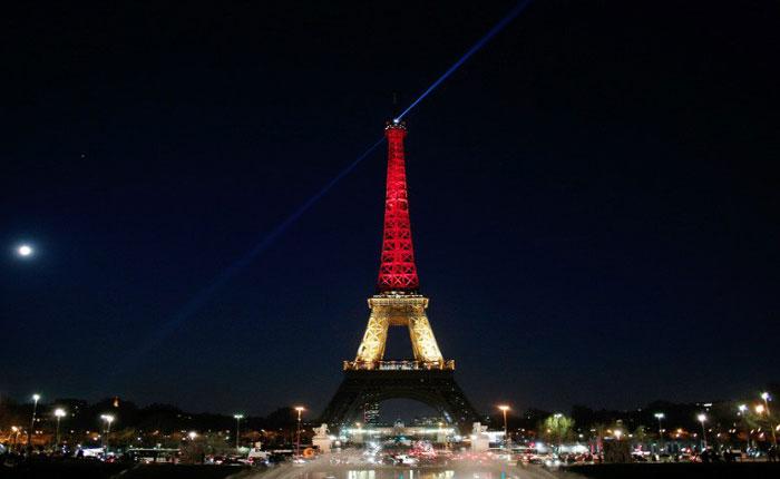 Monumentos iluminados y caricaturas: Los homenajes a las víctimas del atentado terrorista en Bélgica