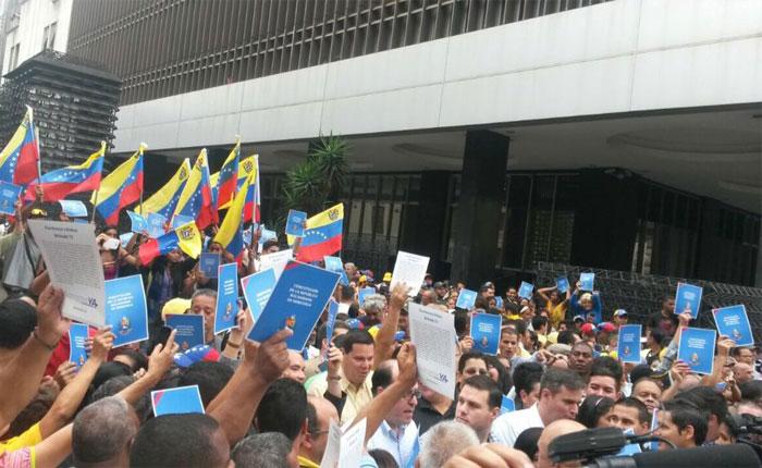 Pese a la violencia, oposición logró entregar carta en el CNE para iniciar trámite del Revocatorio