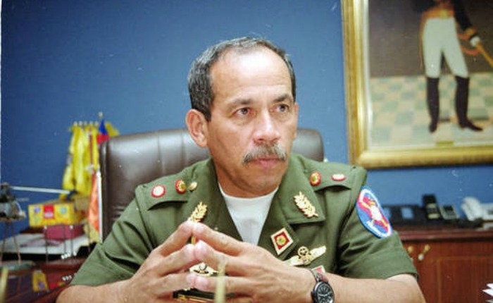 Detuvieron en el aeropuerto de Maiquetía al general retirado Víctor Cruz Weffer