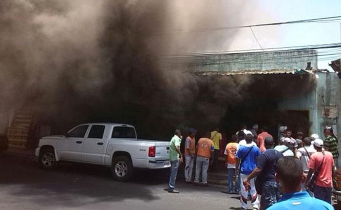 Denuncian saqueos en San Félix durante incendio de un local